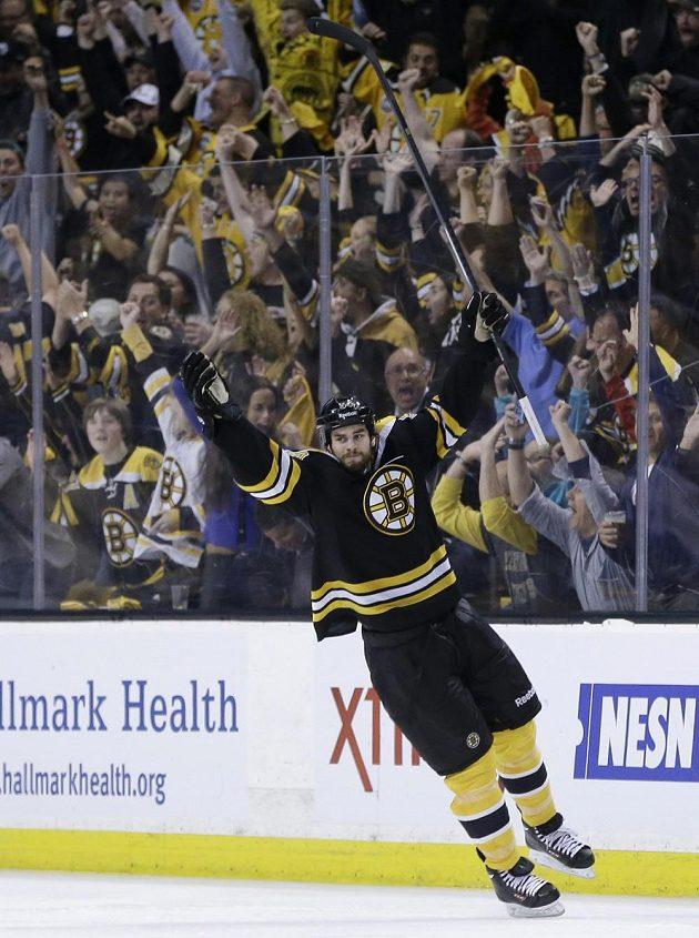 Bostonský obránce Adam McQuaid oslavuje svou branku proti Pittsburghu. To ještě ale nevěděl, že jeho tým posune do finále bojů o Stanley Cup...