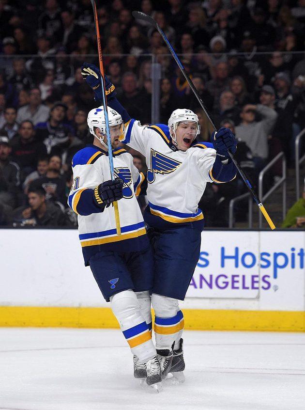 Dmitrij Jaškin (vpravo) se po návratu do dresu St. Louis rychle gólově prosadil, jásá s ním Patrik Berglund.