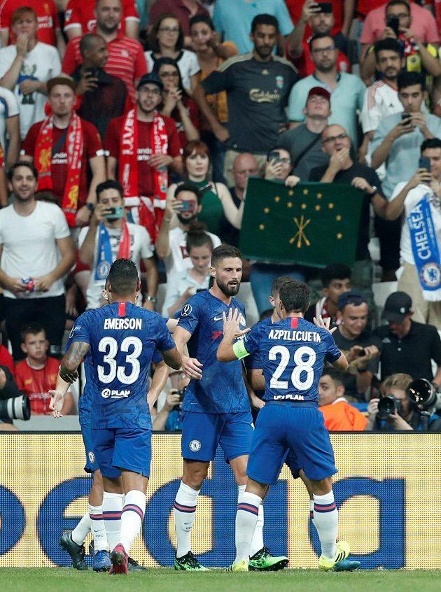 Olivier Giroud se raduje se spoluhráči z Chelsea poté, co dal vedoucí gól proti Liverpoolu.