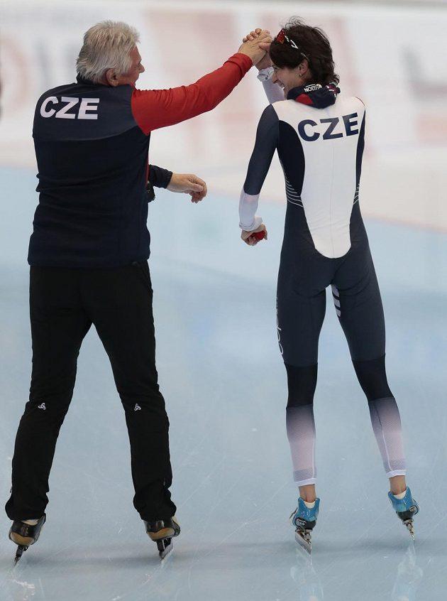 Česká rychlobruslařka Martina Sáblíková s trenérem Petrem Novákem po triumfu na MS v závodě na 5 km.
