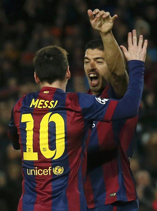 Barcelonský útočník Luis Suárez (vpravo) slaví s Lionelem Messim gól proti Paris St. Germain.