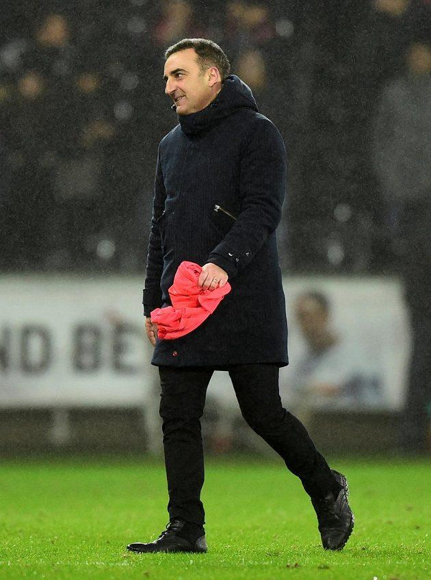 Nadšený manažer Swansea Carlos Carvalhal. Jeho tým vyhrál nad Arsenalem 3:1 a odskočil z posledního místa tabulky. Navíc trenér získal dres Petra Čecha pro svého syna.