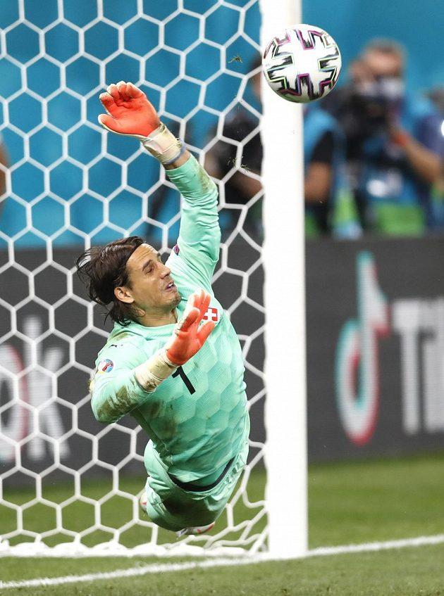 Parádní zákrok brankáře Yanna Sommera po střele Kyliana Mbappého při penaltovém rozstřelu pomohl Švýcarům k postupu.