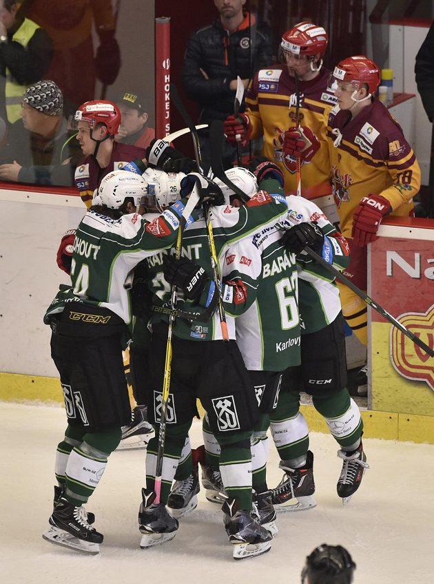 Radost karlovarských hráčů z gólu během utkání 11. kola baráže o hokejovou extraligu na ledě HC Dukla Jihlava.