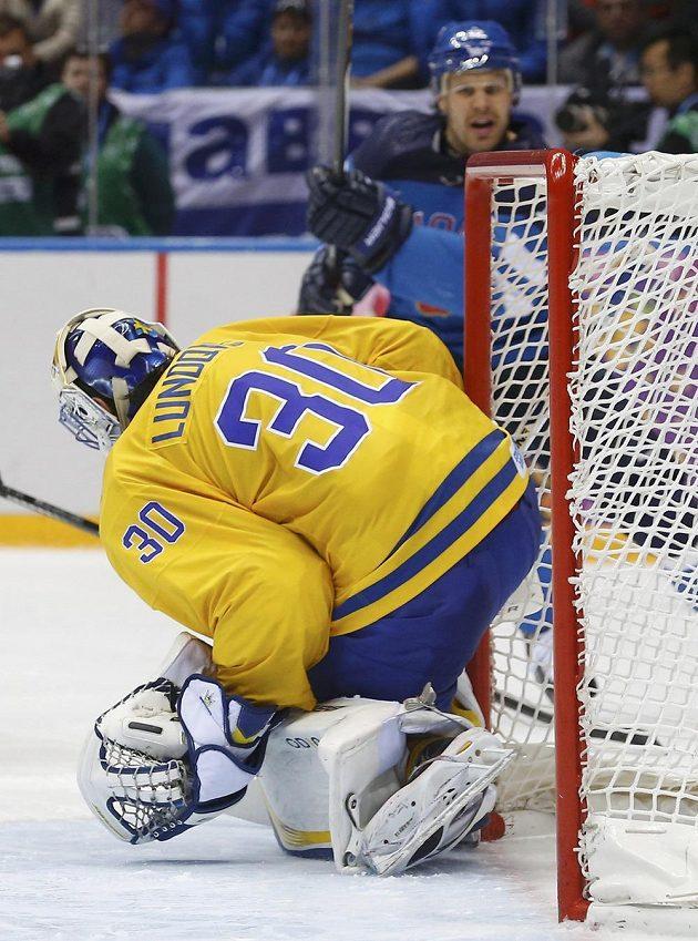 Takhle Olli Jokinen propasíroval z úhlu puk za záda švédského brankáře Henrika Lundqvista.