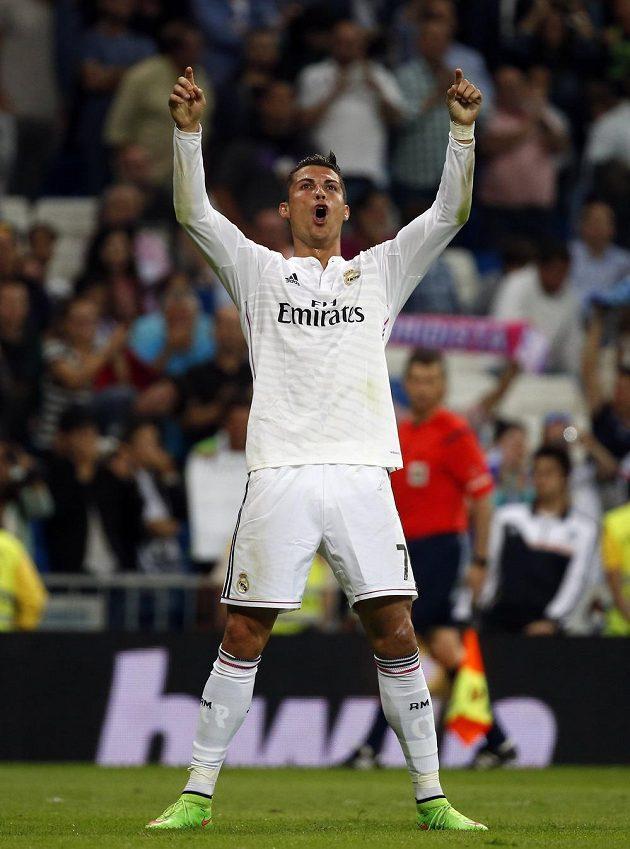 Cristiano Ronaldo v dresu Bílého baletu se raduje z gólu proti Elche.