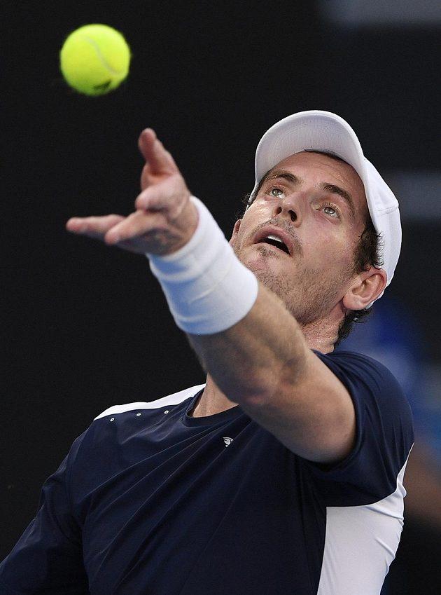 Andy Murray servíruje v utkání se Španělem Bautistou.