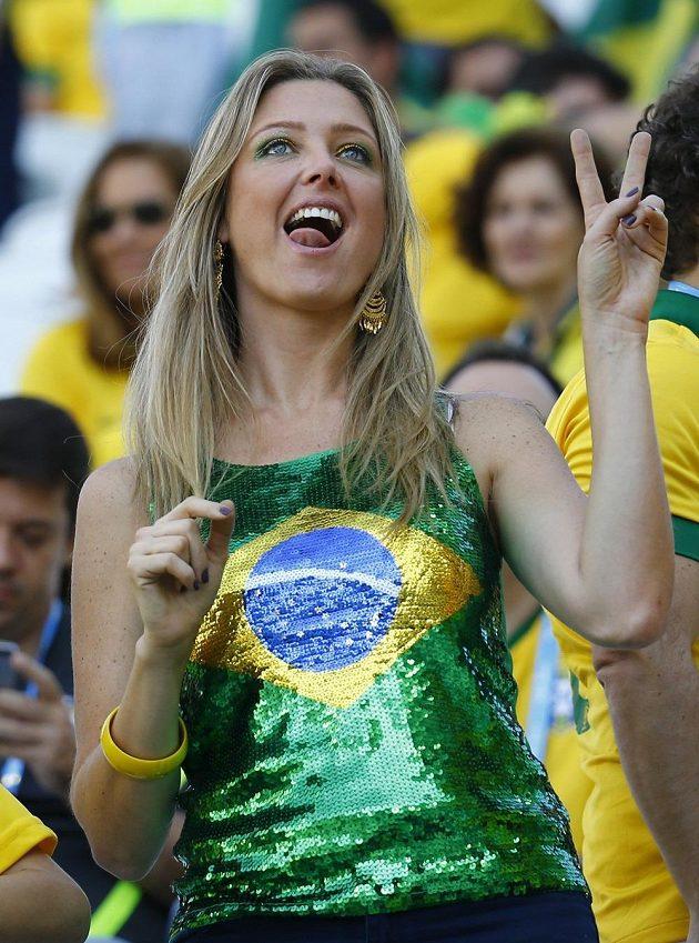 Brazilská fanynka vyplazuje jazyk během zápasu s Chorvatskem.