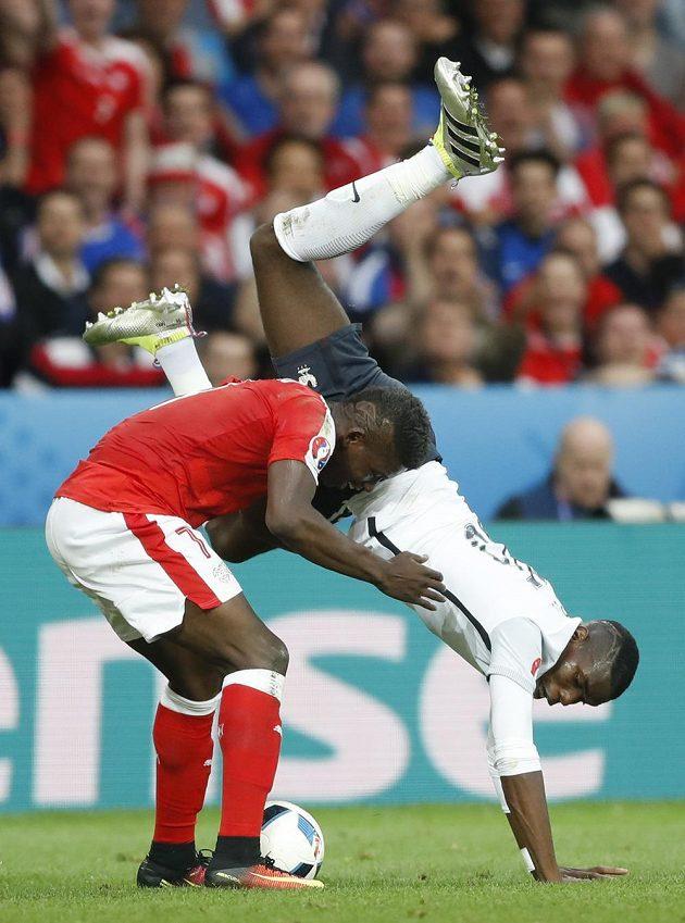 Francouz Paul Pogba (vpravo) a Švýcar Breel Embolo v krkolomné situaci.