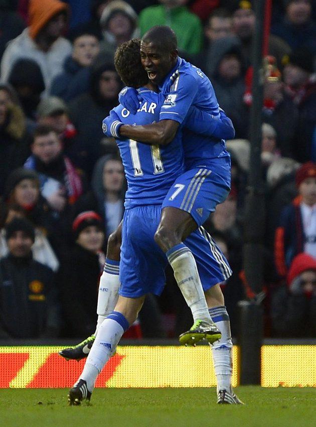 Vyrovnáno! Oscar z Chelsea gratuluje Ramiresovi (vpravo) ke gólu na Old Trafford.