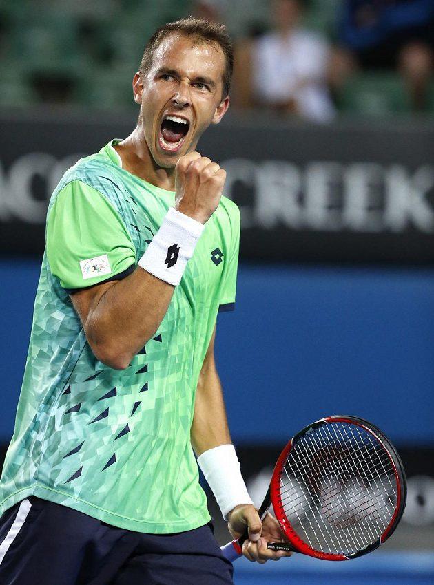 Vítězné gesto Lukáše Rosola, český tenista postoupil přes Američana Jacka Socka do třetího kola Australian Open.