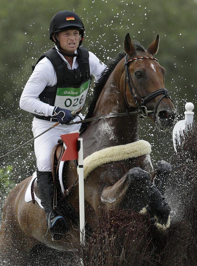 Michael Jung z Německa na koni Sam Fbw v soutěží všestrannosti.