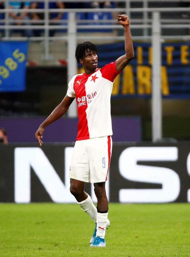 Je to tam! Slávistický hrdina Peter Olayinka slaví gól v utkání na hřišti Interu Milán v Lize mistrů.