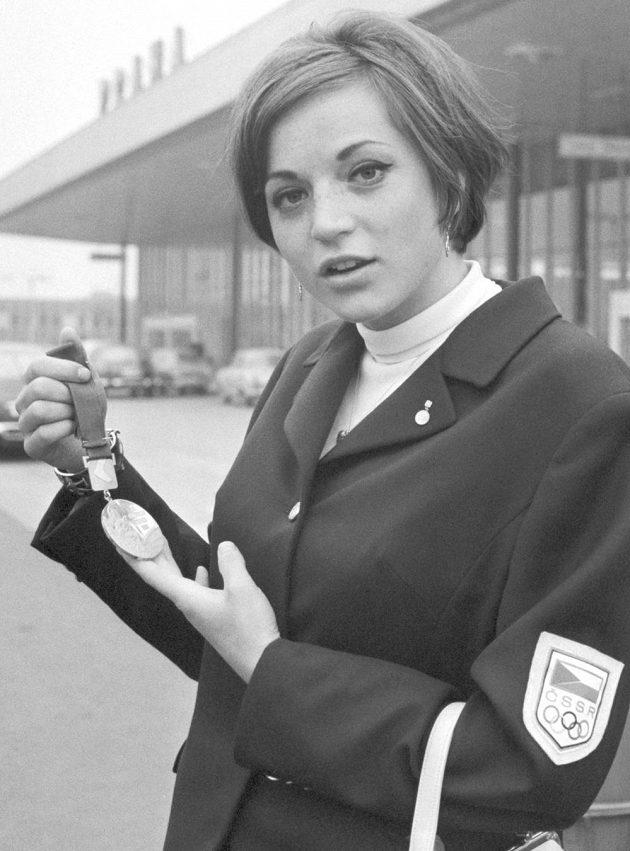 Miloslava Rezková-Hübnerová na archivním snímku z 24. října 1968 s olympijskou medailí.
