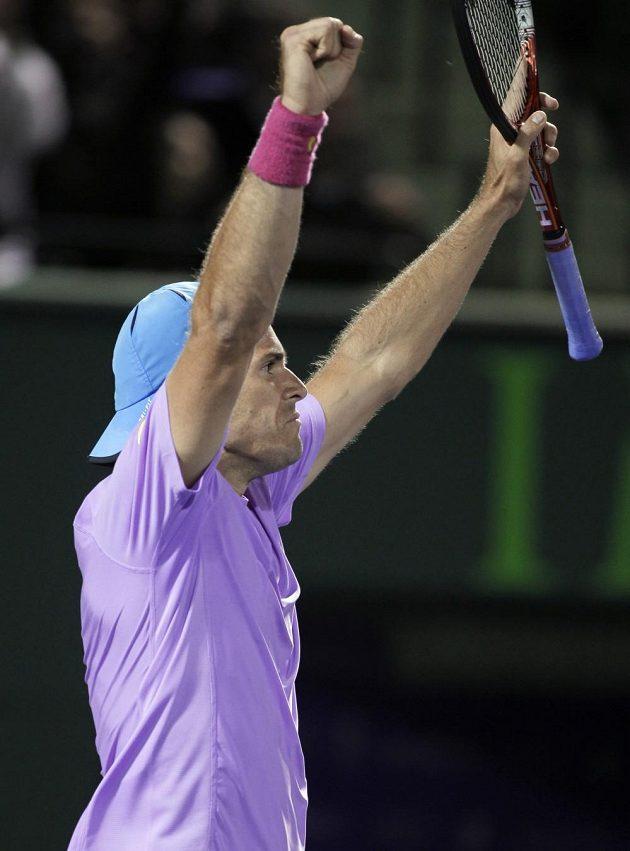 Německý tenista Tommy Haas se raduje po vítězství nad Srbem Novakem Djokovičem.