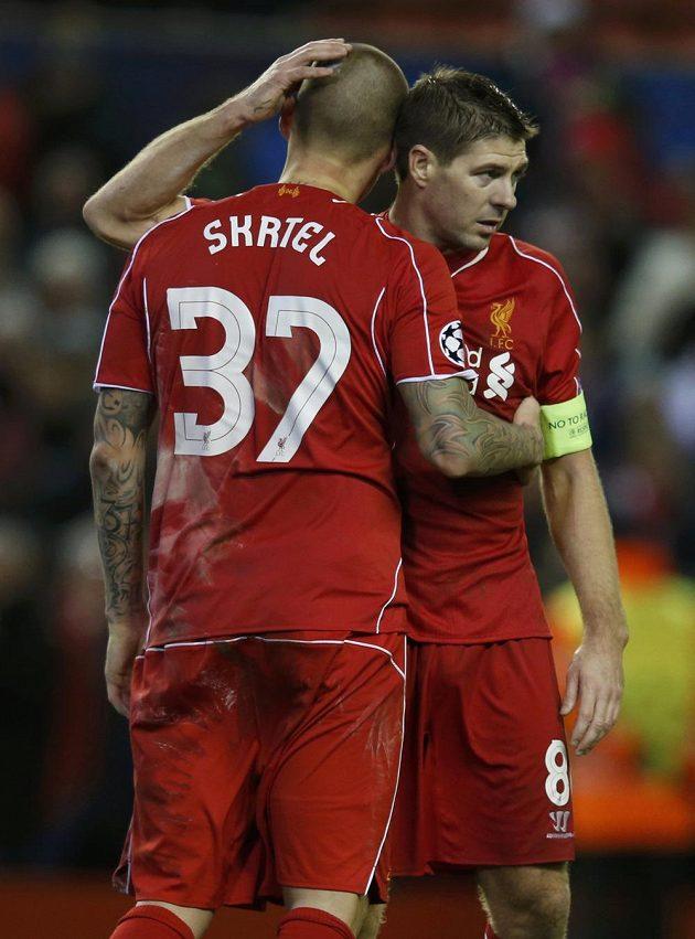 Zklamané opory Liverpoolu Martin Škrtel a Steven Gerrard po remíze s Basilejí, která znamenala pro anglický tým vyřazení v Lize mistrů.