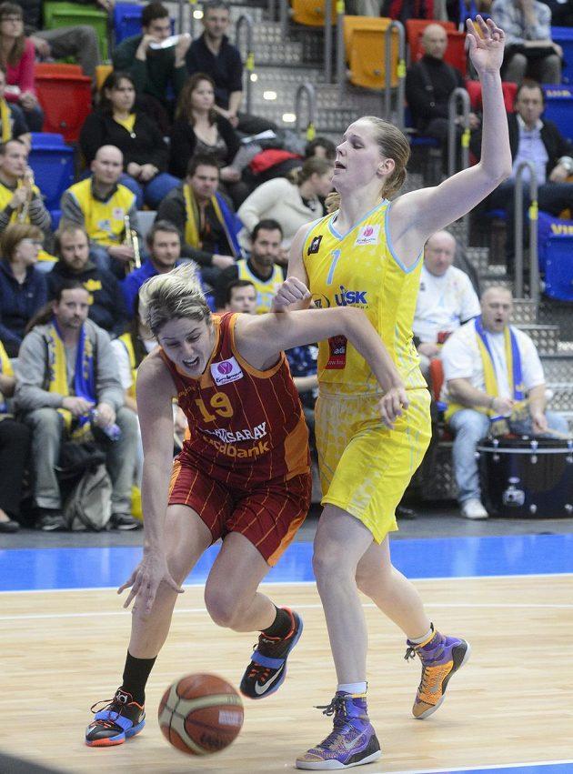 Po rvačce mohl zápas pokračovat... Zleva Jelena Dubljevičová z Galatasaraye a Kia Vaughnová z USK.