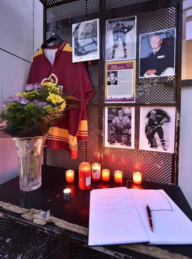 U Horáckého zimního stadiónu v Jihlavě vzniklo pietní místo k uctění památky bývalého hokejového útočníka a trenéra Josefa Augusty.