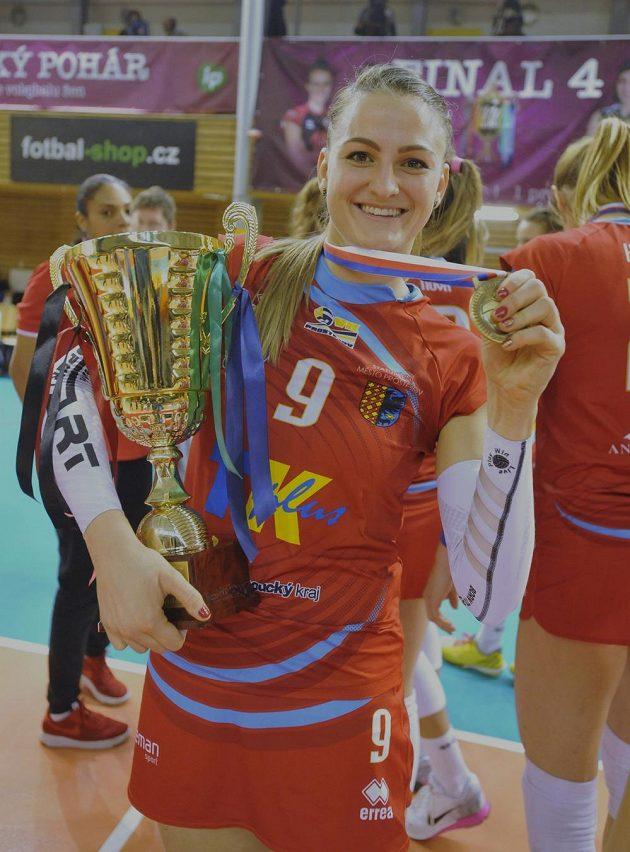 Nina Herelová z vítězného týmu Prostějova s pohárem.