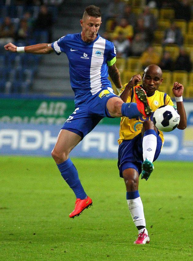 Teplický záložník Nivaldo (vpravo) bojuje o míč s libereckým obráncem Jiřím Fleišmanem.