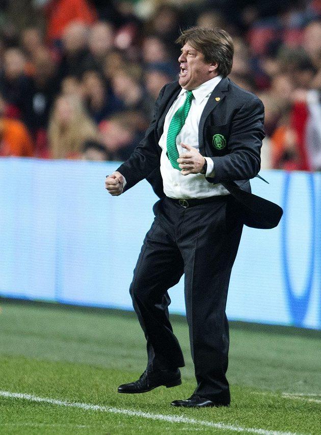 """Mexický trenér Miguel Herrera se raduje z výhry """"El Tri"""" v Amsterdamu."""
