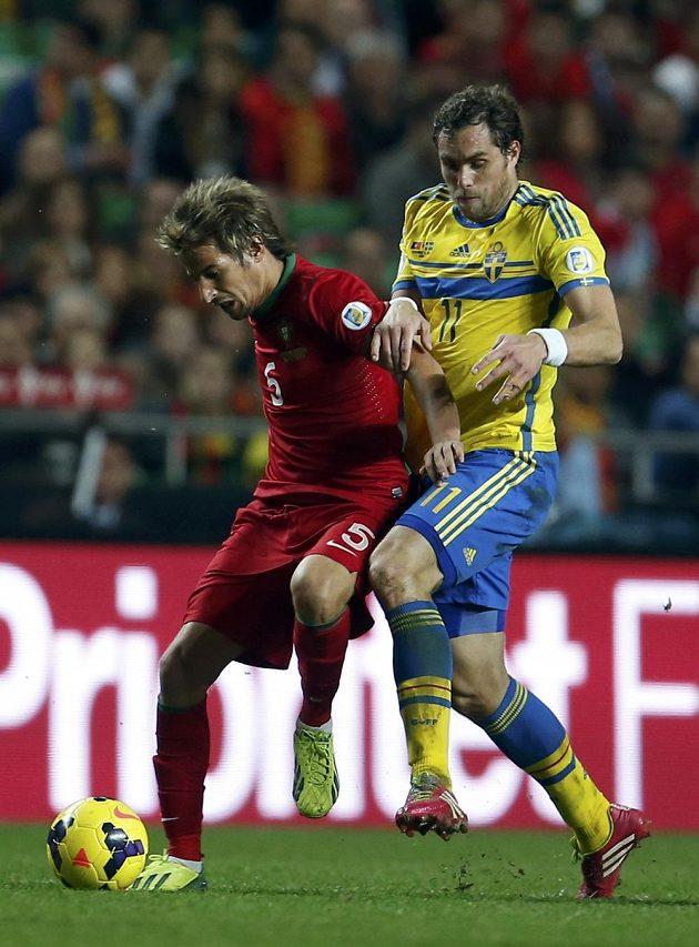 Švédský fotbalista Johan Elmander (vpravo) a Portugalec Fabio Coentrao v barážovém utkání o postup na MS.