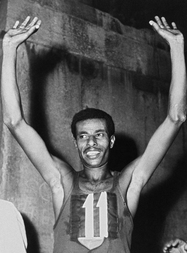 Abebe Bikila po maratónském triumfu na OH v Římě.