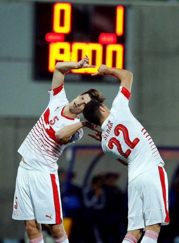 Švýcarští fotbalisté Timm Klose (vlevo) a Fabian Schär se radují z gólu proti Andoře.