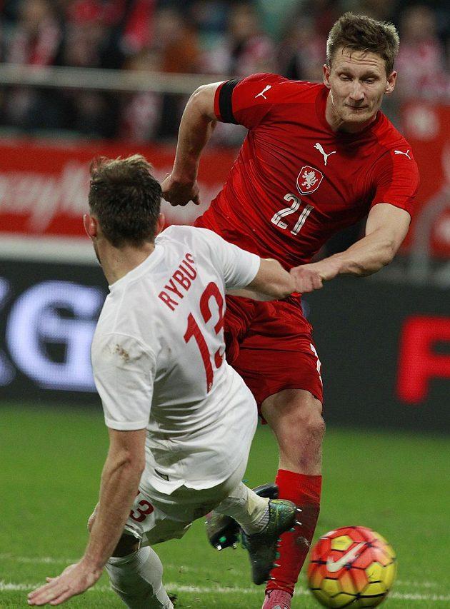 Český útočník Milan Škoda (vpravo) během zápasu v Polsku.