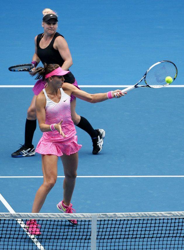 Česká tenistka Lucie Šafářová (blíže) při voleji ve finále čtyřhry na Australian Open. Za ní přihlíží spoluhráčka Bethanie Matteková-Sandsová.
