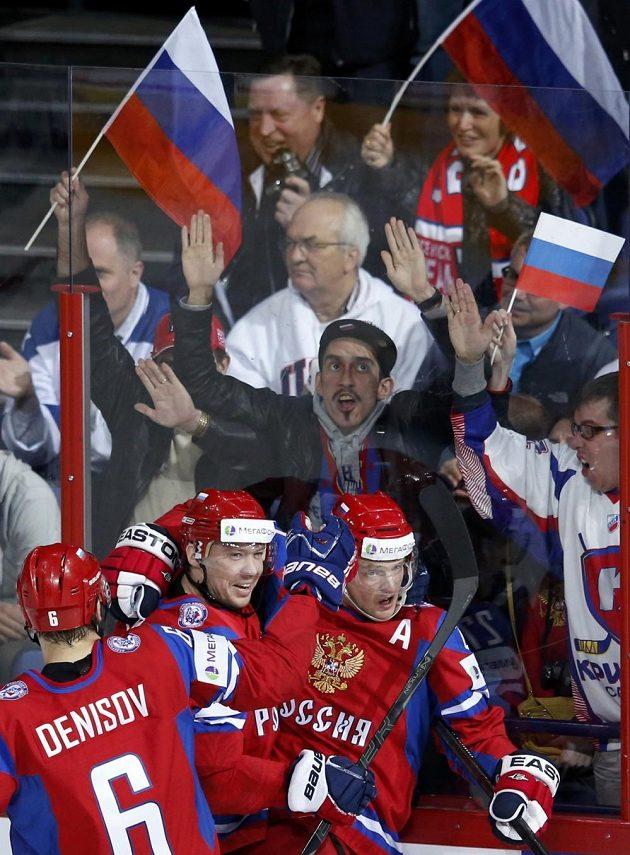 Ruský útočník Alexej Těreščenko (vpravo) slaví se spoluhráči gól proti USA.