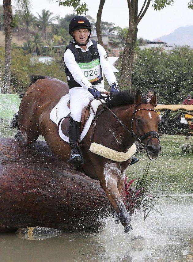 Michael Jung z Německa na koni Sam Fbw v soutěži všestrannosti