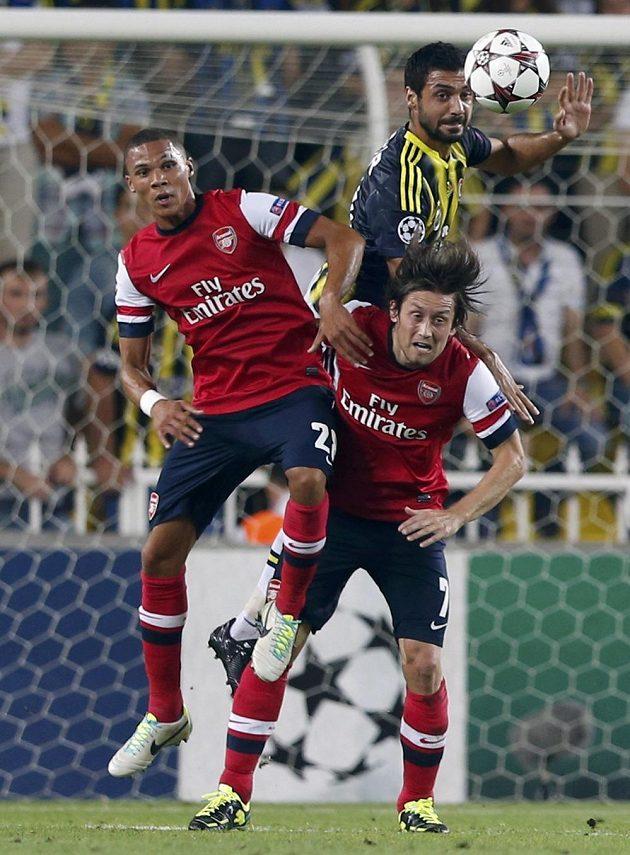 Bekir Irtegün z Fenerbahce v hlavičkovém souboji s dvojicí hráčů Arsenalu Kieran Gibbs a Tomáš Rosický.