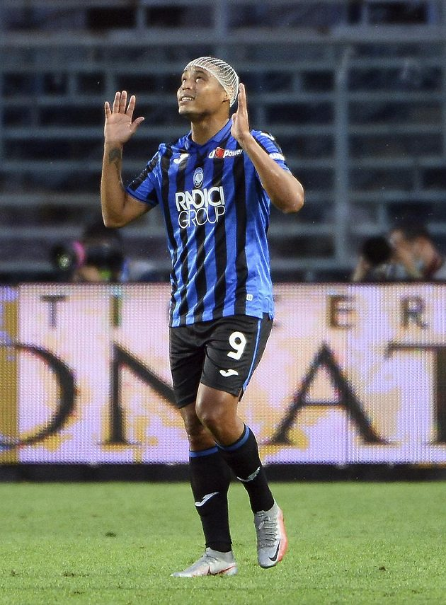 Luis Muriel z Bergama se raduje z gólu proti Boloni.