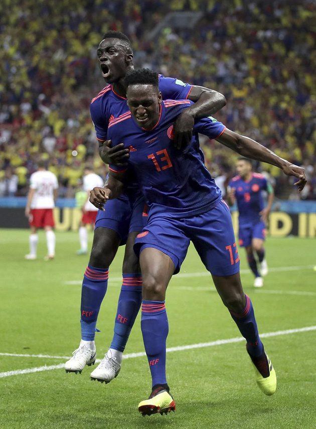 Kolumbie jásá! Autor gólu Yerry Mina (vpravo) slaví se spoluhráčem Davinsonem Sánchezem.