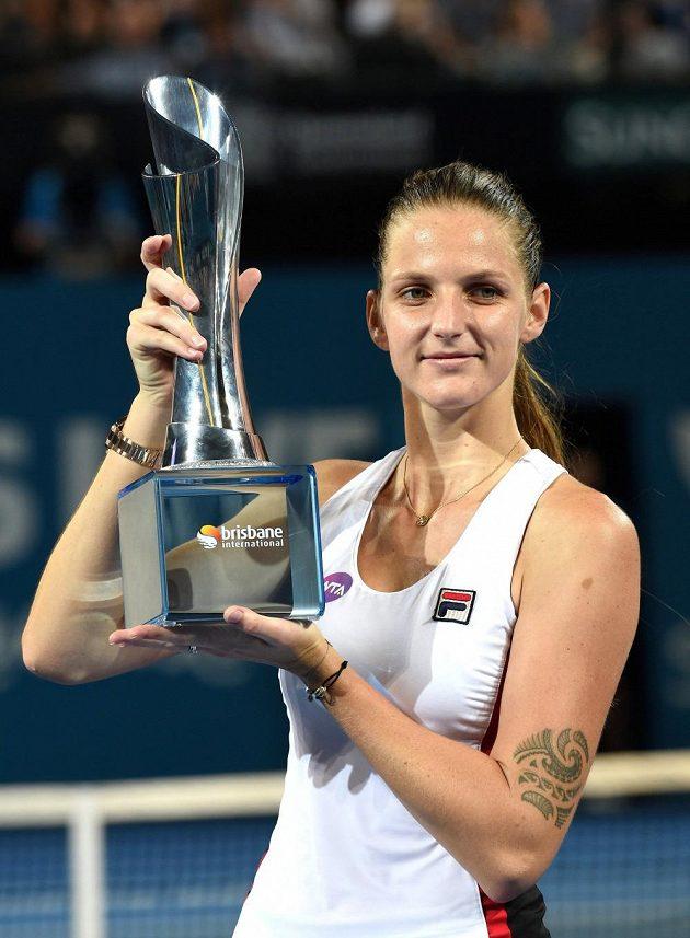 Česká tenistka Karolína Plíšková s trofejí pro vítězku turnaje v Brisbane.
