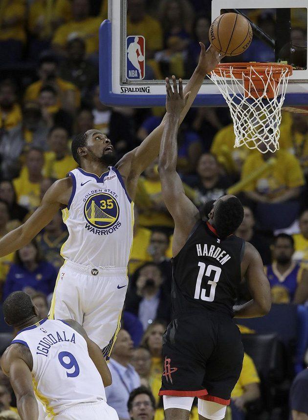 Kevin Durant (35) z Golden State blokuje střelu Jamese Hardena (13) z Houstonu.
