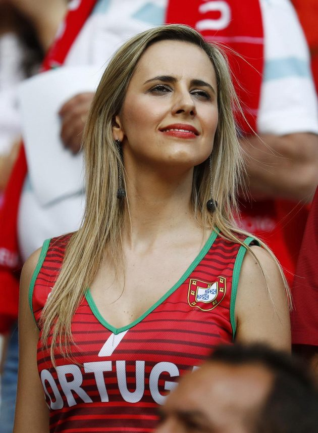 Portugalská fanynka před začátkem finále s Francií.