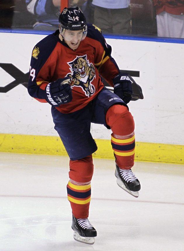 Český hokejový útočník Tomáš Fleischmann z Floridy se raduje ze svého stého gólu v NHL.