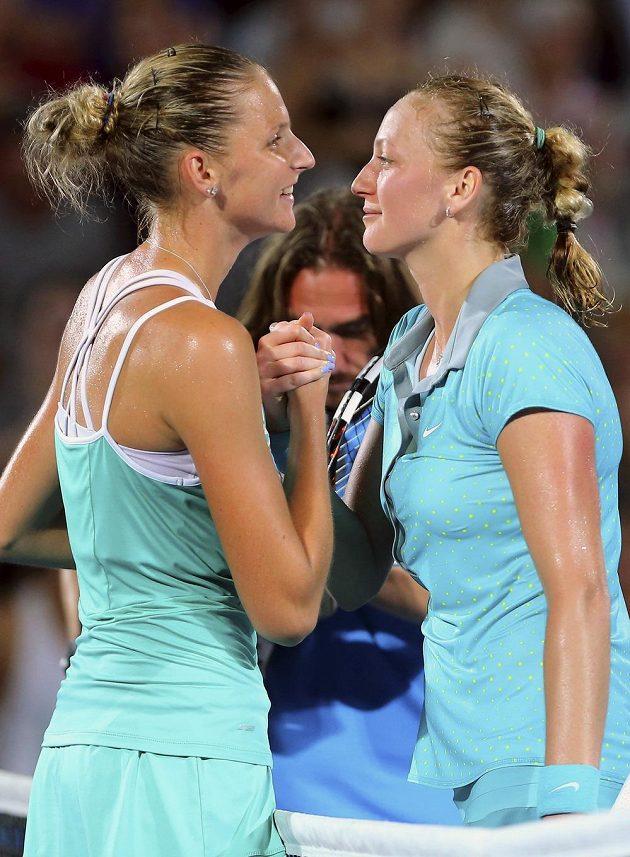 Karolína Plíšková (vlevo) gratuluje Petře Kvitové k triumfu po finálové bitvě v Sydney.