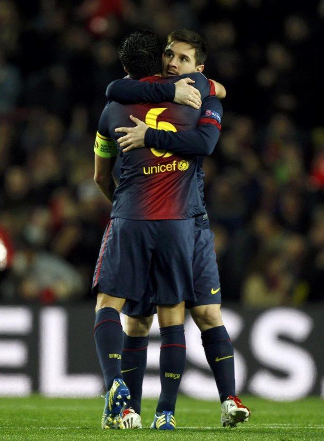 Lionel Messi přijímá gratulaci od Xaviho ke gólu, který vstřelil do sítě AC Milán.