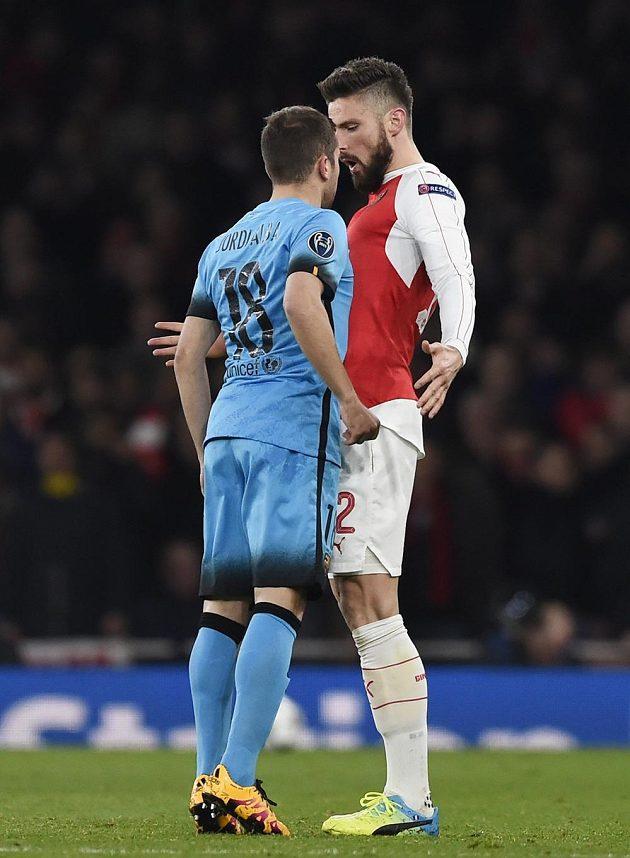 Názory si hodně zblízka vyříkávají Jordi Alba z Barcelony a Olivier Giroud z Arsenalu.