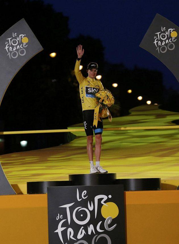 Celkový vítěz Christopher Froome z Velké Británie si vychutnává vítězství v jubilejním 100. ročníku nejslavnějšího cyklistického závodu světa.