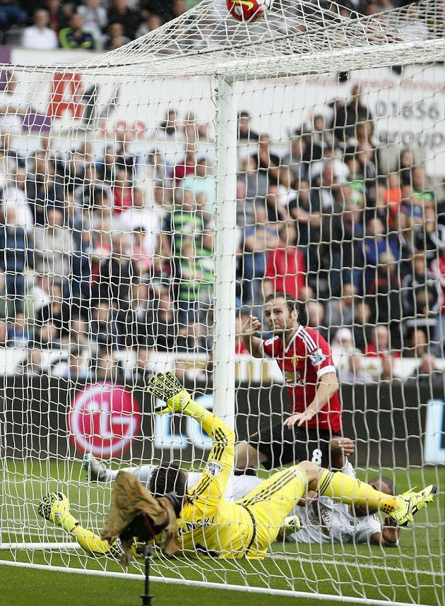 Záložník Manchesteru City Juan Mata otevírá skóre zápasu proti Swansea.