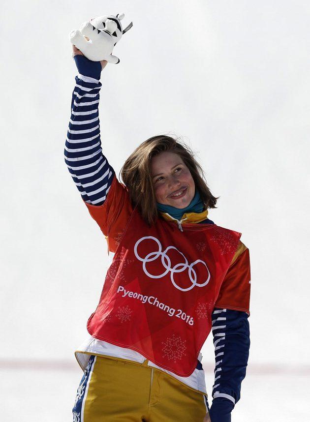 Snowboardkrosařka Eva Samková slaví olympijský bronz.