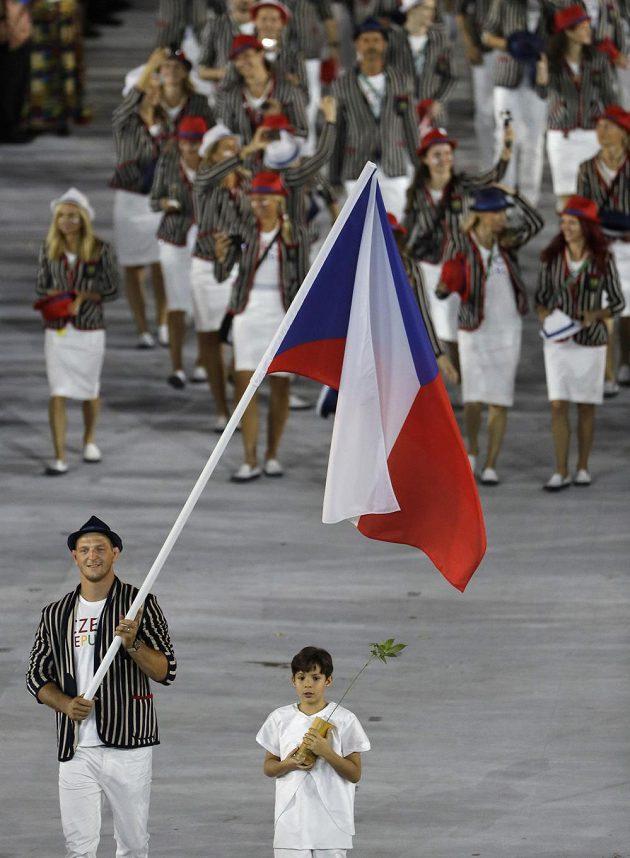 Takhle nějak to všechno začínalo. Kdosi psal, že je to oblek jako do koncentráku... Judista Lukáš Krpálek přivádí na plochu stadiónu Maracaná výpravu českých sportovců.