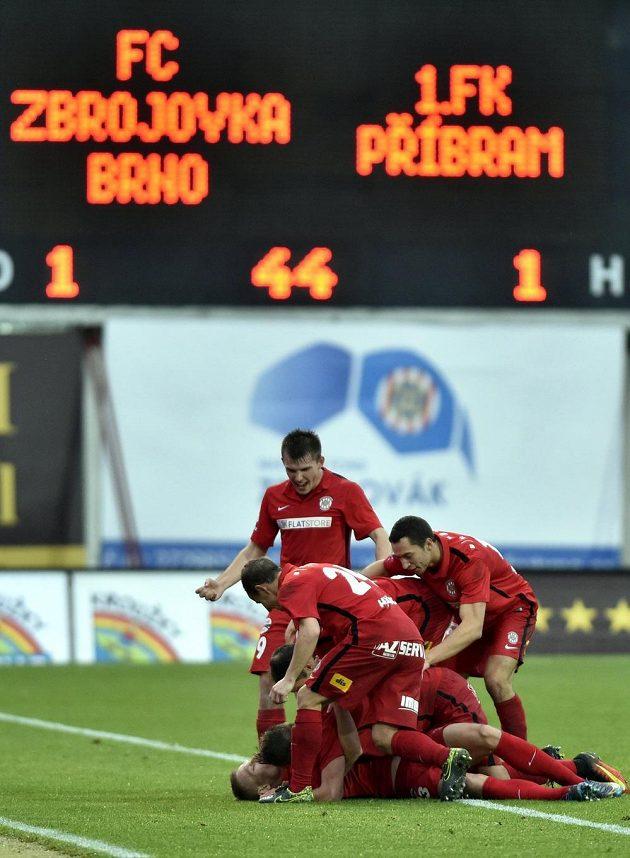 Fotbalisté Brna se radují z branky proti Příbrami.