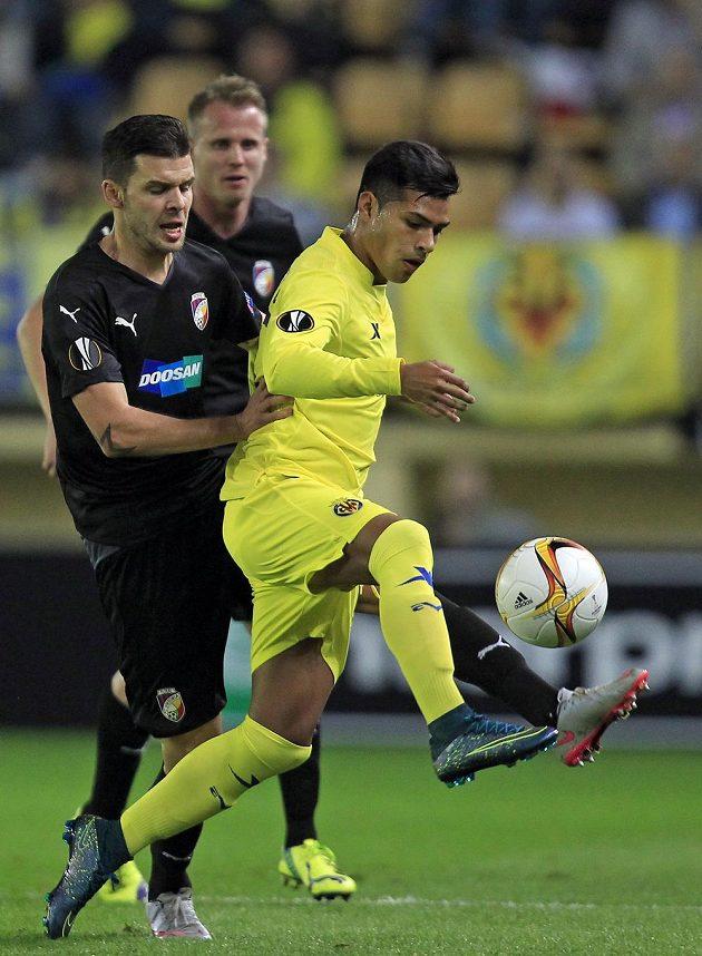 Nahuel Leiva z Villarrealu si kryje míč před Michalem Ďurišem.