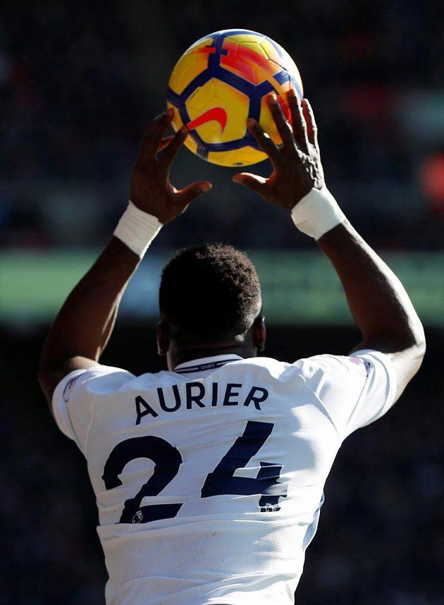 Serge Aurier z Tottenhamu. V zápase s Crystal Palace hned třikrát špatně hodil aut a stal se terčem vtipů.