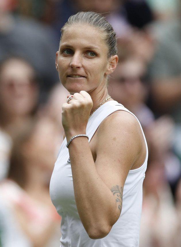 Karolína Plíšková a její vítězné gesto v průběhu finále proti Ashleigh Bartyové z Austrálie.